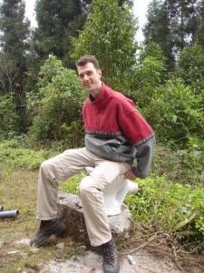 Marcus auf der Wald-Toilette