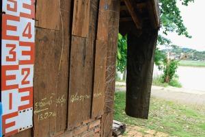 Hochwassermarke an der Waschküche des Tamila Gästehauses in Chiang Khong