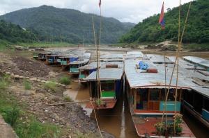 Slow Boat-Parkplatz in Pak Beng