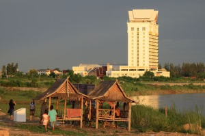 Laos, ein Land im Aufbruch und extremer Kontraste - im Hintergrund sticht der Austragungsort der WEC 2009 fast peinlich ins Auge