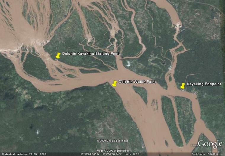 Google Earth-Ansicht der Kayakroute am Mekong in Südlaos. Im unteren Drittel der Aufnahme ist der Mekong über 2 km breit.