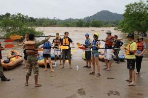 Kurze Einschulung vor dem Mekong-Kayakabenteuer