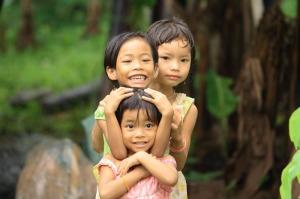Diese Kinder freuen sich sichtlich über Besuch in ihrem Dorf, ohne tanzen zu müssen...
