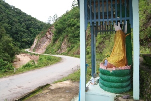 Buddha wacht über den Asian Highway No. 2 im Shan-Staat