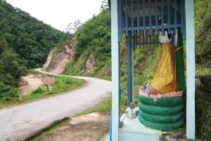 Buddha wacht über den Asian Highway No. 2 im Shan-Staat