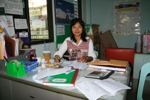 Miss Win von Myanmar Travel and Tourism half uns über die bürokratischen Hürden hinweg
