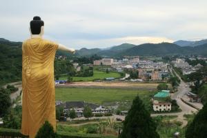 Buddha streckt seinen mahnenden Zeigefinger auf das Treiben in Möng La