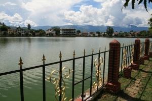Zentrum und tiefster Punkt der hügeligen Stadt Keng Tung: der Nong Tung See