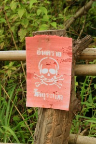 Diese Tafeln rund um Ta Muean Tom bezeichnen die Minengefahr