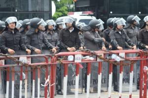 Kein Tourist fühlt sich wohl beim Anblick von Polizeibarrikaden, hier im April 2009 in Bangkok