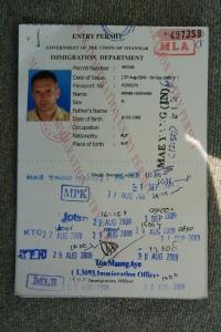 Erinnerung an die vielen Checkpoints: die x-fach gestempelte Reisegenehmigung der burmesischen Einwanderungsbehörde