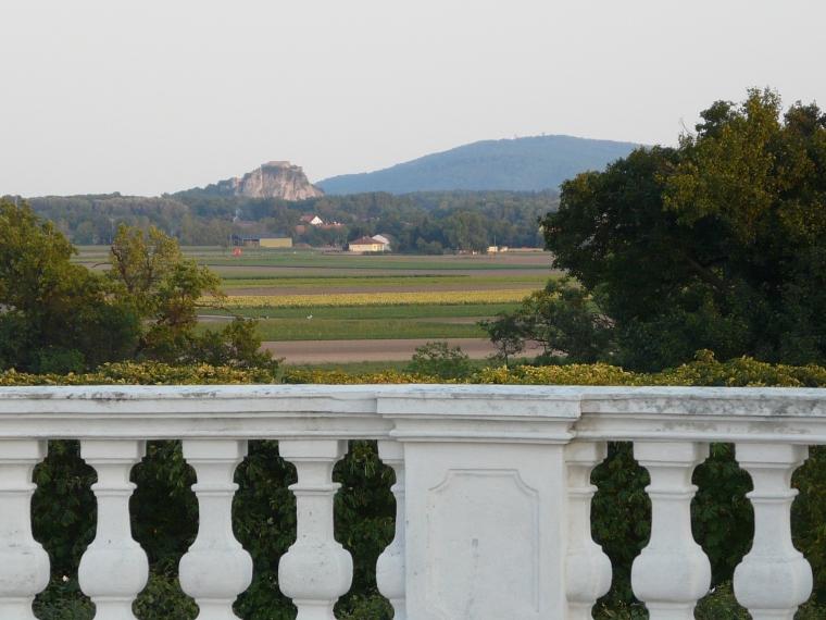 Blick auf die Burgruine Theben in der Slowakei von Schlosshof aus_KCHLADEK