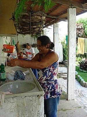 Aila in ihrem Guesthouse in Prainha do Canto Verde kümmert sich um die Wäsche ihrer Gäste Bild Christine Plüss